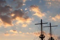 Рангоуты пиратского корабля на заходе солнца Стоковые Изображения