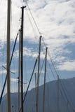 Рангоуты против голубого неба стоковые фото