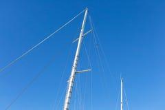 Рангоут большого белого корабля причалил в порте Стоковая Фотография