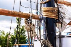 Рангоут, ветрила и кожух высокорослого корабля Деталь такелажирования Стоковые Фотографии RF