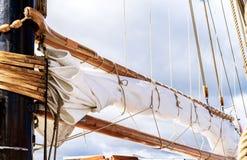 Рангоут, ветрила и кожух высокорослого корабля Деталь такелажирования Стоковое Фото