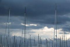 Рангоут парусника против пасмурного бурного неба Стоковые Фотографии RF