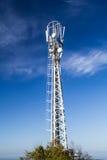 Рангоут приспособить клетчатые антенны на предпосылке голубого неба Стоковые Изображения