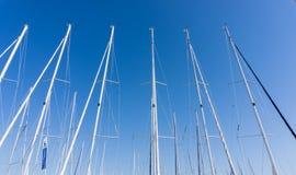 Рангоут против голубого неба, рангоут корабля, Марина в европейском городе, Стоковое Изображение RF