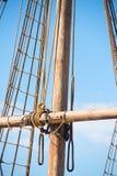 Рангоут, такелажирование и веревочки деревянного парусника Стоковые Фото