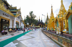 РАНГУН, МЬЯНМА - 11-ое октября 2013: Буддийская пагода Shwedagon посещения людей в Рангуне стоковые изображения