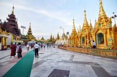 РАНГУН, МЬЯНМА - 11-ое октября 2013: Пагода Shwedagon в Рангуне стоковые фотографии rf