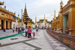 РАНГУН, МЬЯНМА - 11-ое октября 2013: Пагода Shwedagon в Рангуне стоковое фото rf