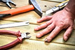 Раненный и сшитый палец Стоковое Фото