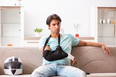 Раненый всадник мотоцикла беря дома стоковые изображения
