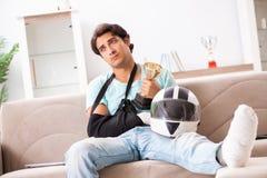 Раненый всадник мотоцикла беря дома стоковые изображения rf