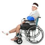 Раненый молодой человек в кресло-коляске Стоковые Фотографии RF