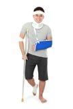 Раненый молодой человек на костыле стоковые фотографии rf