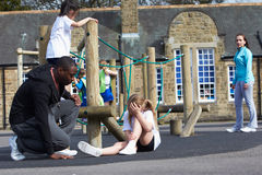 Раненый ребенок во время класса физкультуры школы Стоковое Изображение
