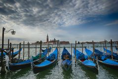 Рано утром взгляд на канале Венеции Италии гондол грандиозном Стоковые Фотографии RF