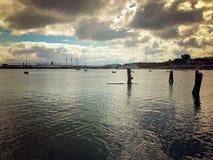 Рано утром взгляд портового района ` s Сан-Франциско, с драматической предпосылкой неба Стоковое Фото