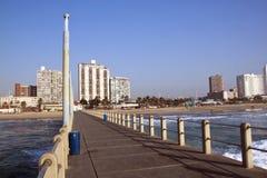 Рано утром взгляд пристани фронта пляжа Стоковые Фото