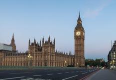 Рано утром взгляд пустого моста Вестминстера и большого Бен Стоковые Изображения