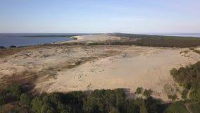 Рано утром вид с воздуха моря встречи дюны Parnidzio в вертеле Curonian около Nida, Литвы видеоматериал
