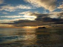 Рано утром восход солнца на пляже Waimanalo над bursti острова утеса Стоковое Изображение RF