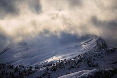 Рано утром в лыжном курорте зимы стоковые фотографии rf