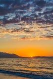 Рано утром, драматический восход солнца над морем Сфотографированный в Asprovalta, Греция стоковые изображения