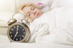 Рано утром, девушка имея головную боль Стоковое Фото