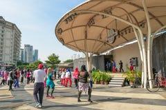 Рано утром люди могут увиденные танцы и тренировка на центральном рынке, Куала-Лумпур стоковые фото