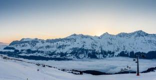 Рано утром на пустом наклоне лыжи - 1 стоковое изображение rf