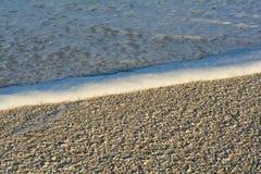 Рано утром на сериях малой воды пляжа раковин стоковое изображение rf