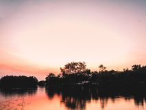 Рано утром на refection леса силуэта озера реки на цвете воды красивом предпосылки природы восхода солнца захода солнца стоковые фото