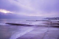 Рано утром на seashore Каменные пристани и берег, долгая выдержка Стоковые Фото