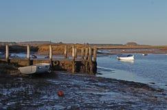 Рано утром, приливы вне, старая сцена шлюпки стоковая фотография rf