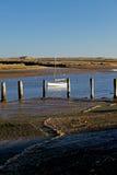 Рано утром, приливы вне, старая шлюпка и сцена гавани стоковые фотографии rf