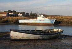 Рано утром, приливы вне, старая шлюпка и сцена стоковое фото rf