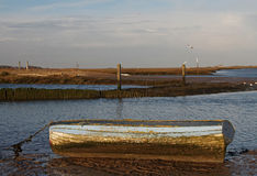 Рано утром, приливы вне, сцена гавани стоковое фото