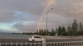 Рано утром радуга, над мостом над заводью Tallebudgera, Gold Coast, Австралия акции видеоматериалы