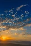 Рано утром, солнце и горы, туман стоковые фотографии rf