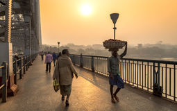 Рано утром сцена на мосте Howrah на реке Hooghly Kolkata, Индии Стоковое фото RF