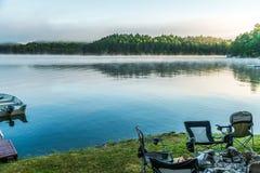 Рано утром туман поднимаясь от озера как восходы солнца над к стоковая фотография rf
