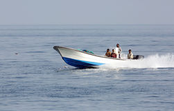 Рано утром люди fisher двигая в море на быстроходном катере Стоковые Фото