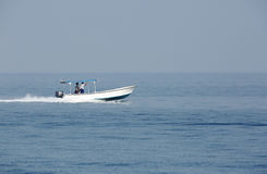 Рано утром люди fisher двигая в море на быстроходном катере Стоковое Изображение RF