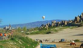 Ранчо лошади в красивом пейзаже Cappadocia Турции Стоковая Фотография