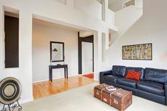 Расквартируйте интерьер с высокими потолками, оформлением живущей комнаты Стоковое Изображение