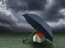 Расквартируйте концепцию страхования, дом защищенный под зонтиком Стоковая Фотография RF