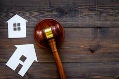 Расквартируйте молоток судьи выреза близко на темном деревянном космосе экземпляра взгляд сверху предпосылки жилищное право Разде стоковое фото