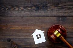 Расквартируйте молоток судьи выреза близко на темном деревянном космосе экземпляра взгляд сверху предпосылки жилищное право Разде стоковое изображение