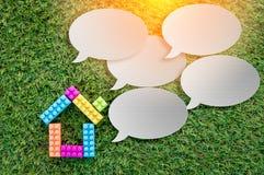 Расквартируйте модель с пустым пузырем речи на текстуре травы jpg Стоковые Фото