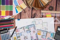 Расквартируйте план пола бумажный и деревянный образец, пошлины работы, калькулятор Стоковое Изображение RF