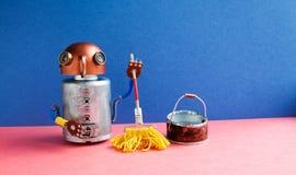 Расквартируйте mop желтого цвета уборщика робота, ведро воды Комната чистки дружелюбного характера игрушки механика mopping Голуб Стоковая Фотография